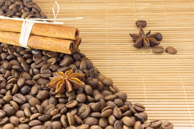Kawowe fasole, gwiazdowy anyż i cynamon, Piec kawowej fasoli tła zakończenie up obrazy royalty free