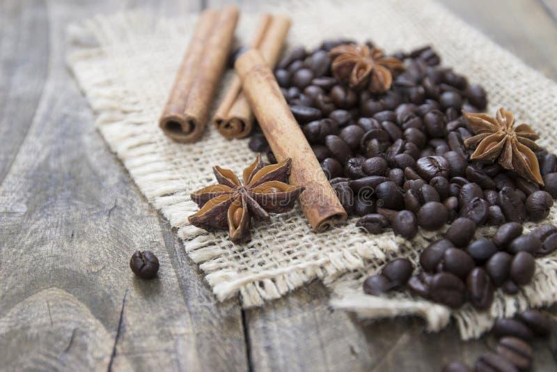 Kawowe fasole i cinamons na drewnianym stole zdjęcia stock