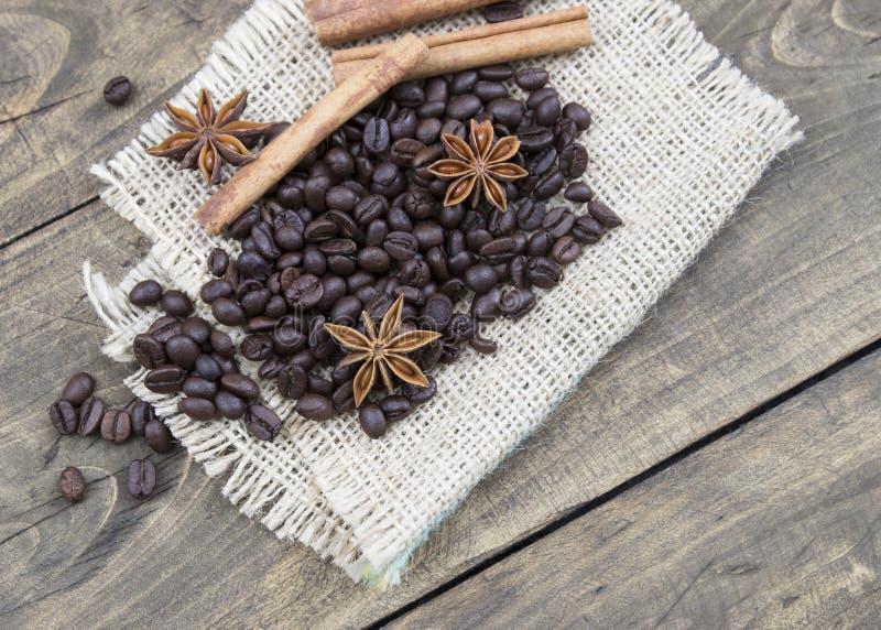 Kawowe fasole i cinamons na drewnianym stole zdjęcia royalty free