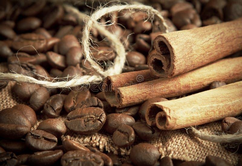 Download Kawowe Fasole I Cynamonowi Kije Zdjęcie Stock - Obraz złożonej z pieczeń, perfumowanie: 28971658