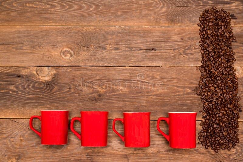 Kawowe fasole i cztery czerwieni filiżanka obraz royalty free