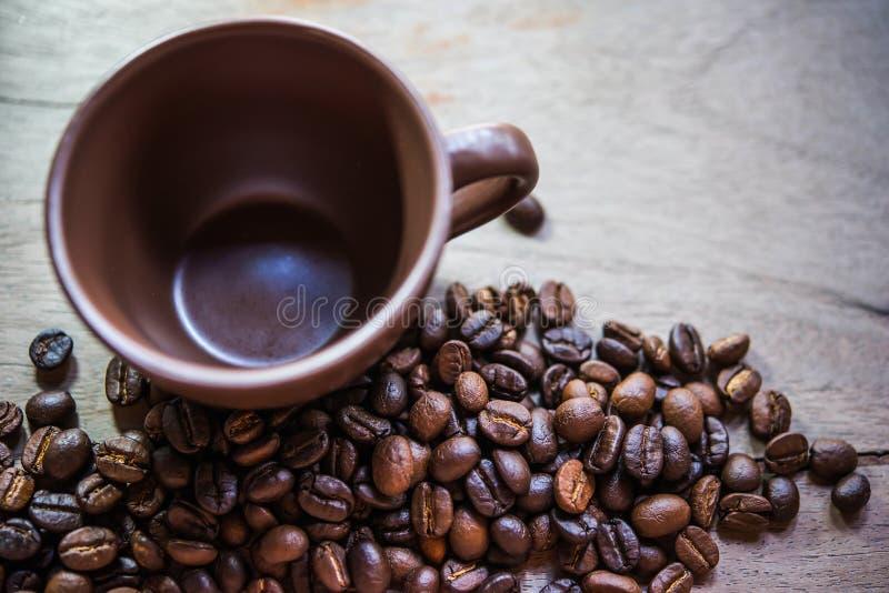 Kawowe fasole i filiżanka zdjęcia stock