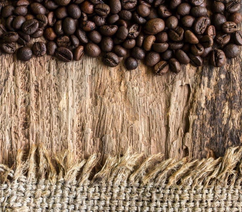 Kawowe fasole i konopie worek na drewnianym obraz stock
