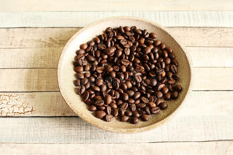 Kawowe fasole kłama na małym talerzu Apetyt dla kawy obrazy royalty free