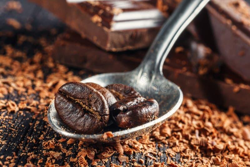 Kawowe fasole na łyżce i czekoladzie zdjęcie royalty free