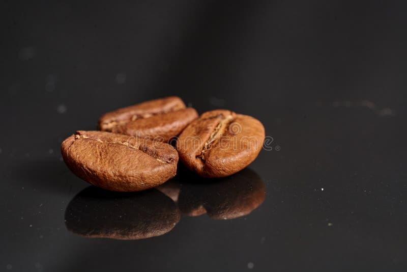 Kawowe fasole na czarnym tle konsekwentnym z obrazy stock