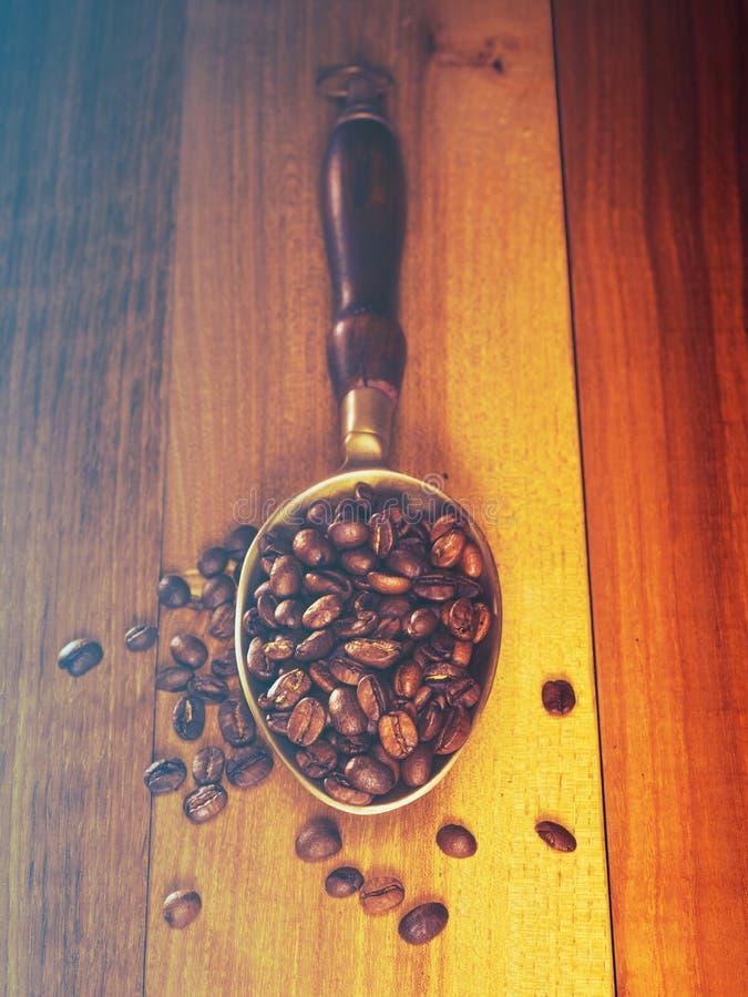 Kawowe fasole na drewnianej desce zdjęcia royalty free