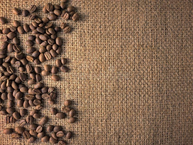 Kawowe fasole na gunny teksturze fotografia royalty free