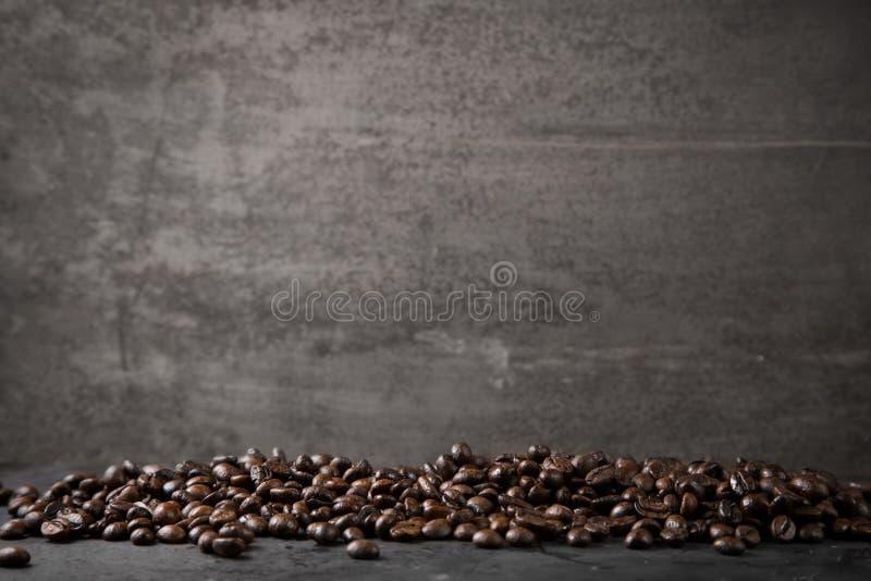 Kawowe fasole na nieociosanym metalu siwieją tło fotografia royalty free