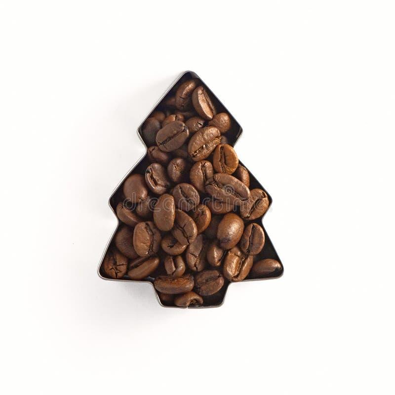 Kawowe fasole w formie choinki odizolowywającej na białym tle Odgórny widok fotografia stock