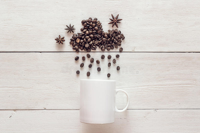 Kawowe fasole w kształcie dżdżysta chmura z anyżowymi gwiazdami i bielem fotografia stock