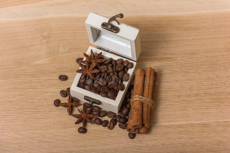 Kawowe fasole w pudełkowatym roczniku zdjęcie stock