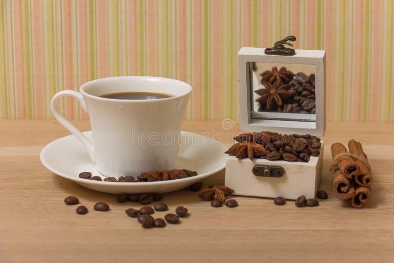 Kawowe fasole w pudełkowatym roczniku obraz stock