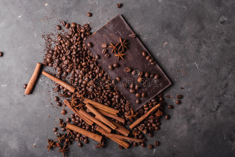 Kawowe fasole z czekoladową ciemną czekoladą Łamani plasterki czekolada Czekoladowego baru kawałki zdjęcia stock