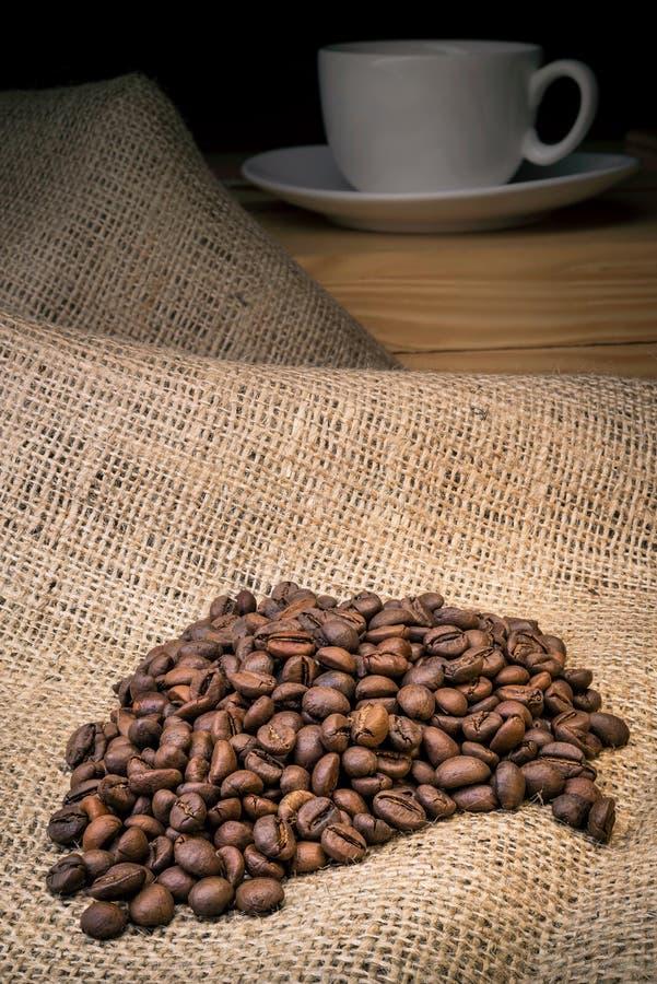 Kawowe fasole z filiżanką obraz stock