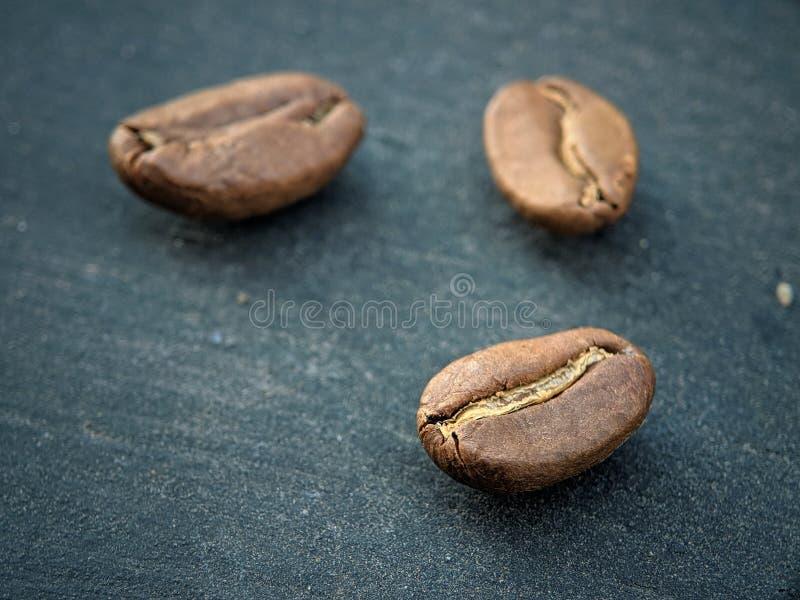Kawowe fasole zamknięte w górę czarnej tło deski na zdjęcia royalty free
