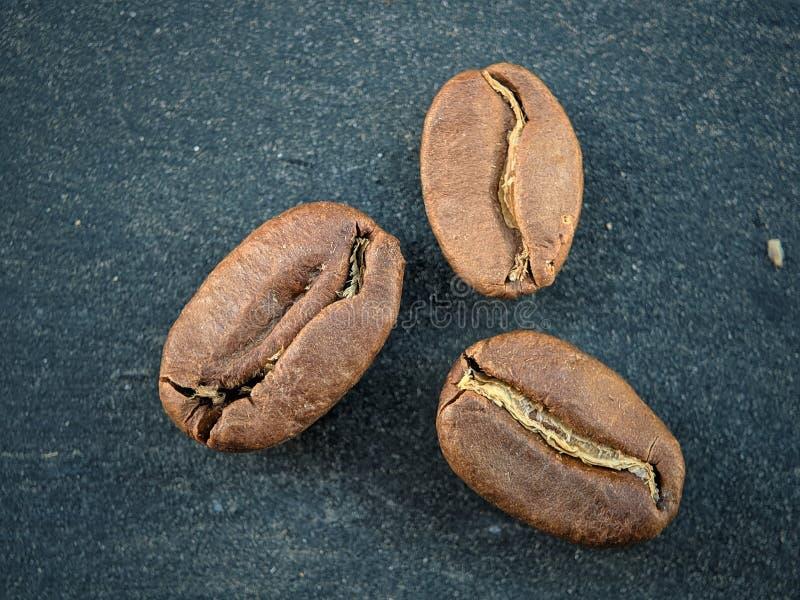 Kawowe fasole zamknięte w górę czarnej tło deski na obraz royalty free