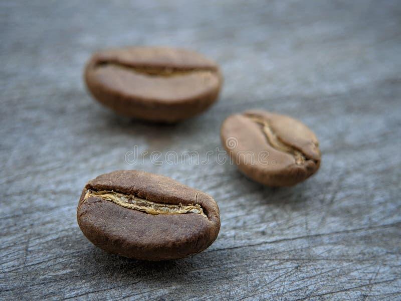 Kawowe fasole zamknięte w górę szarej drewno deski na fotografia royalty free