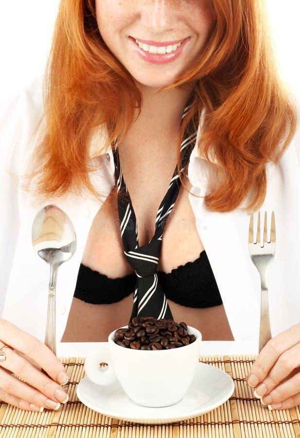 kawowego dziewczyny ostrzarza z włosami czerwoni potomstwa fotografia stock