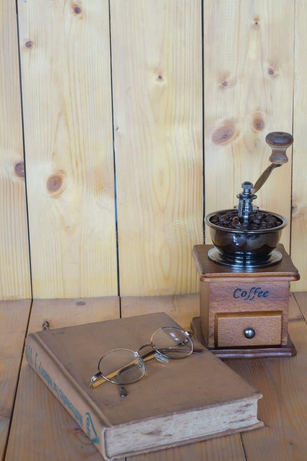 Kawowego ostrzarza rocznika szkła i książki zdjęcia royalty free