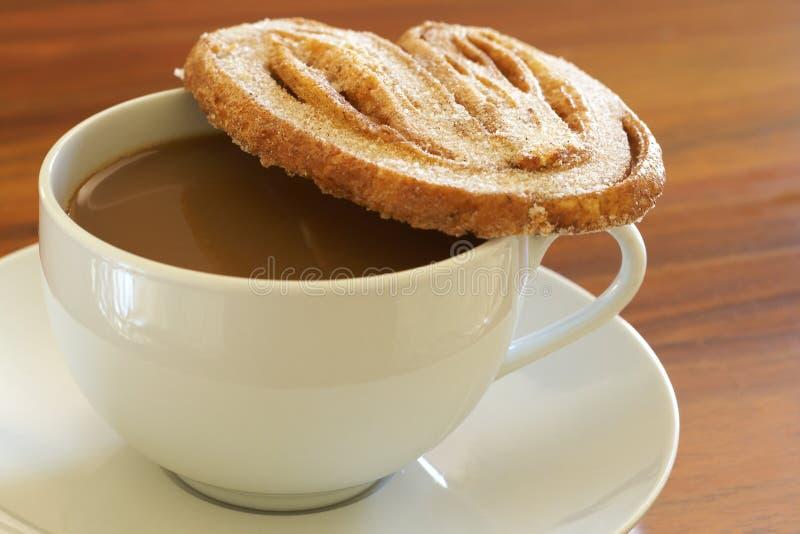 kawowej ciastka filiżanki gorący palmier zdjęcie royalty free