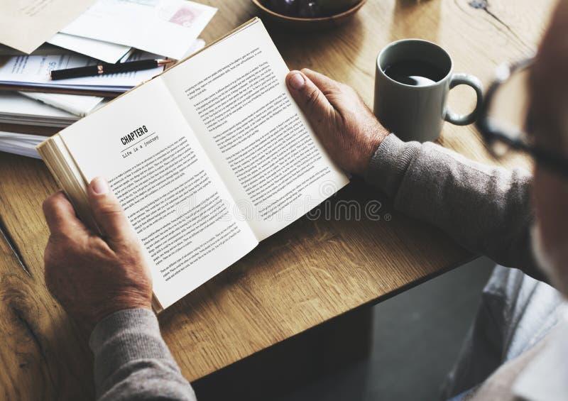 Kawowej przerwy czytania podróży książki stylu życia pojęcie zdjęcie stock