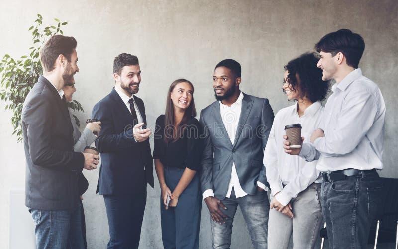 Kawowej przerwy gadka ludzi z biura w interesach fotografia royalty free