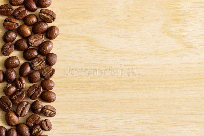 Kawowi beens na drewnianym tle zdjęcia stock
