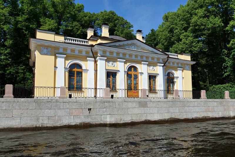 Kawowi i herbaciani domy w lato ogródzie, St Petersburg obraz stock
