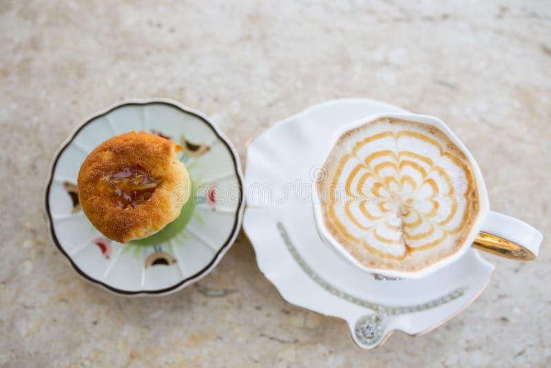 Kawowy cappuccino z batożącym cukierki tortem z śrutowaniem zdjęcia stock