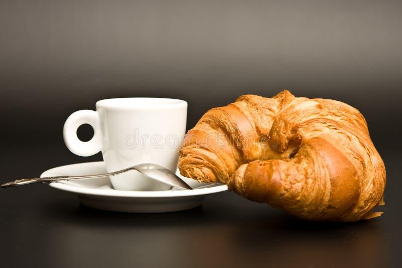 kawowy croissant filiżanki łyżki biel zdjęcia royalty free