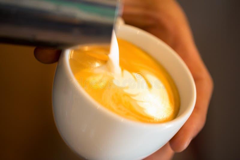 Kawowy dolewanie barista fotografia stock