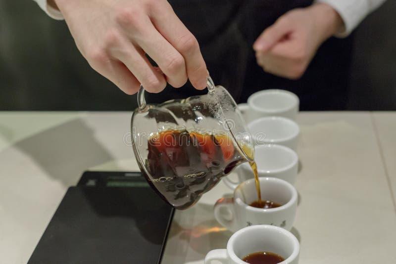 Kawowy dolewanie, ręki część ciała zdjęcie royalty free