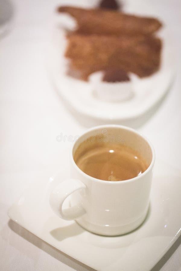 Kawowy expresso filiżanki spodeczek w restauraci obraz royalty free