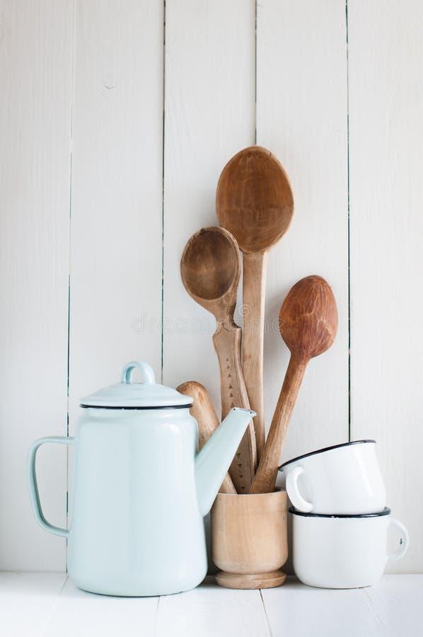 Kawowy garnek, emalia kubki i nieociosane łyżki, zdjęcie stock