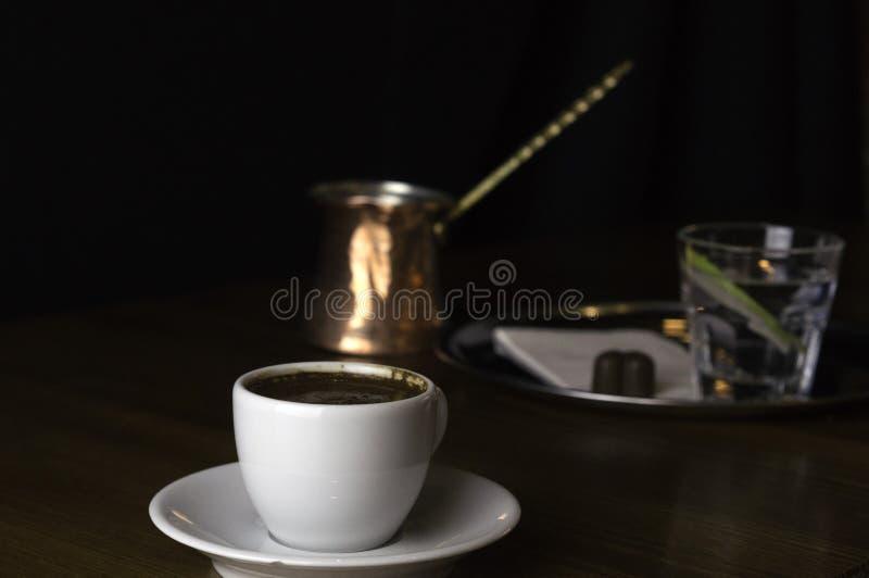 kawowy garnek z czekoladą i filiżanka kawy fotografia stock