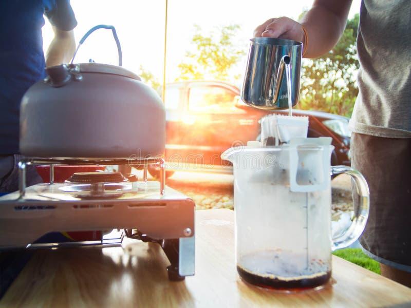 Kawowy kapinos na campingu Garnków stojaki na przenośnej benzynowej kuchence fotografia royalty free