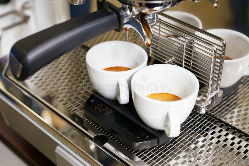 Kawowy kawy espresso narządzanie w kawowej maszynie obraz stock