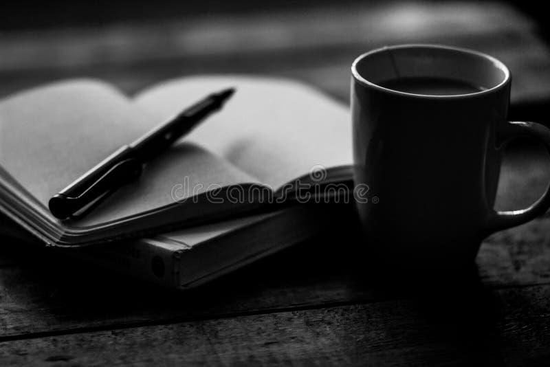 Kawowy kubek i czasopismo w czarny i biały fotografia stock