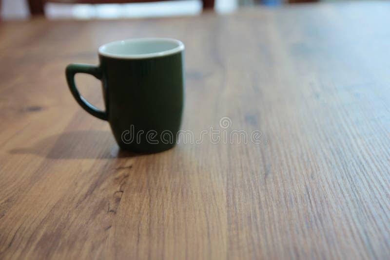 Kawowy kubek w stole zdjęcie royalty free