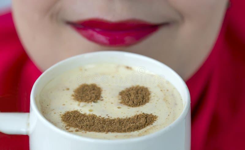 Kawowy kubek z smiley kształtem na spieniającym obrazy stock