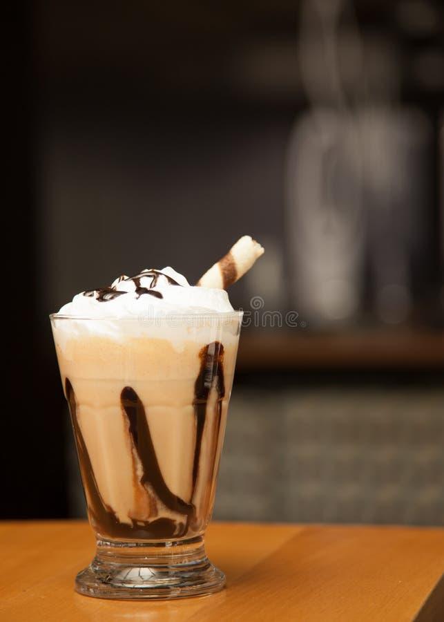 Kawowy latte z wipped śmietanką słuzyć w małym szkle z swee fotografia stock