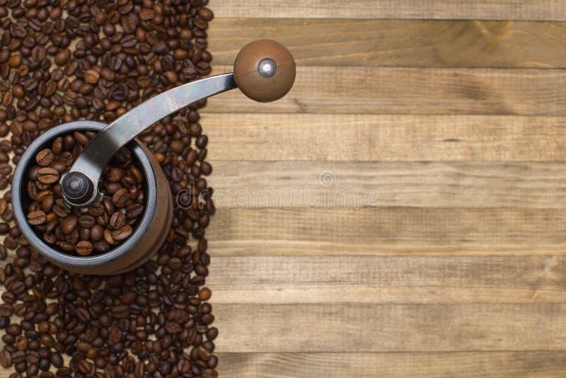Kawowy młyn i pasek kawowe fasole zdjęcia royalty free