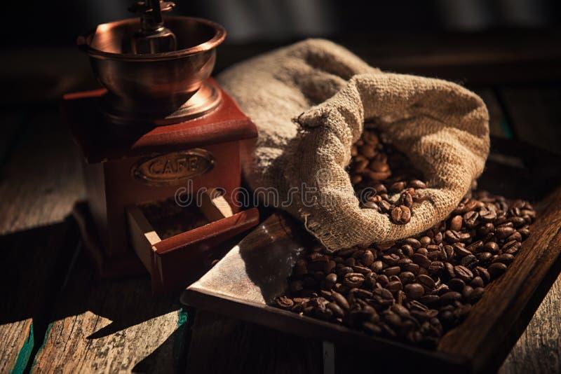 Kawowy młyn na ciemnym nieociosanym tle Drewno stół obrazy royalty free