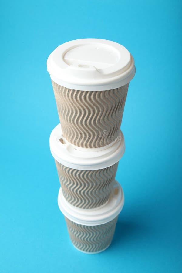 Kawowy nałóg, bierze oddalone papierowe filiżanki obrazy stock
