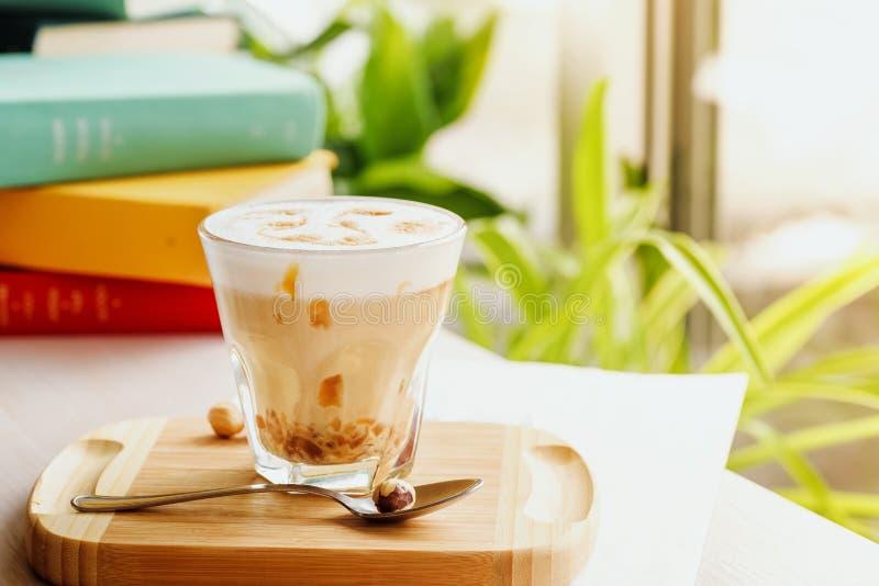 Kawowy napój z karmelem i wzór na pianie obrazy royalty free
