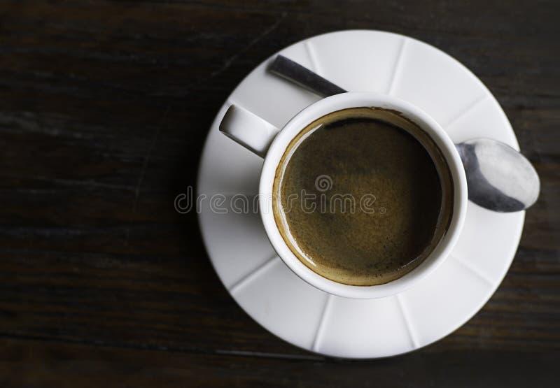 Kawowy odgórny widok, biała filiżanka na tle, gorąca kawa obrazy stock