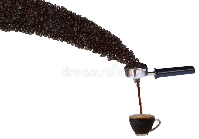 Kawowy piwowarstwo proces od kawowych fasoli filiżanka kawy na białym tle, zdjęcie royalty free
