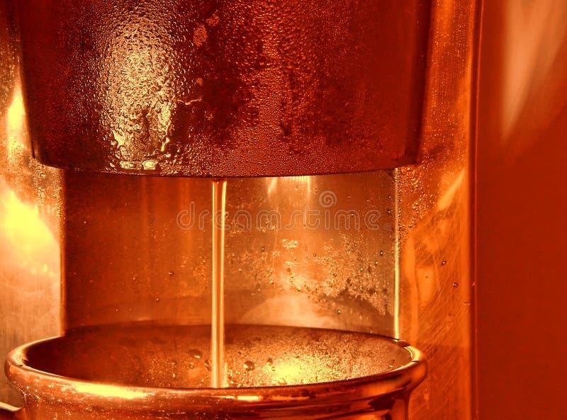 Kawowy piwowarstwo w Coffeemaker i dolewanie w kubku obraz stock