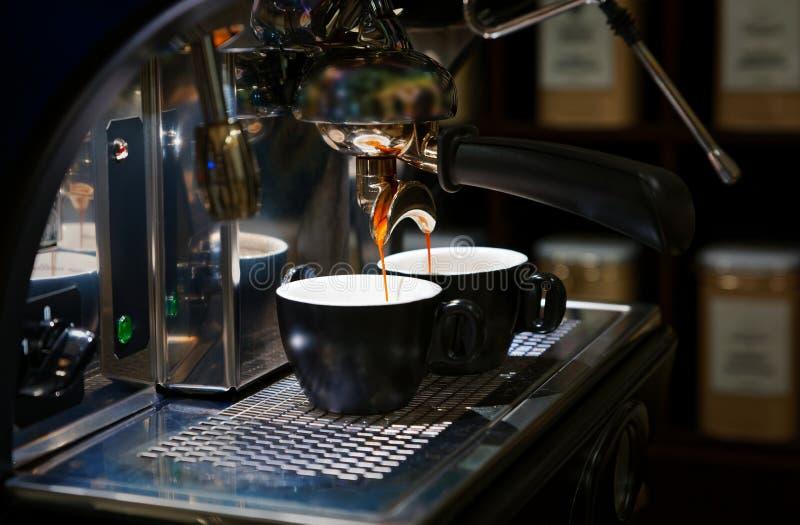 Kawowy piwowarstwo w kawowej maszynie fotografia stock